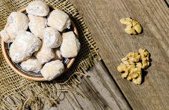 Серповидные крены заполненные с грецкими орехами и сахаром порошка в traditio Стоковые Изображения RF
