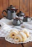 Серповидные крены с вареньем и напудренным сахаром, кофе Стоковое Изображение