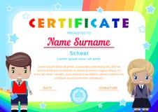сертификат с студентами маленькой девочки и мальчика в школьной форме, радугах, небе и звездах иллюстрация вектора