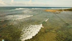 Серферы вида с воздуха на волнах Siargao, Филиппины облако 9 акции видеоматериалы