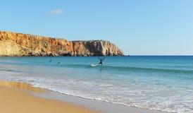 Серферы в пляже Sagres, Алгарве, Португалии Стоковые Изображения RF