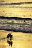 серферы захода солнца Стоковое Изображение RF