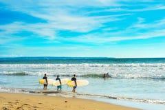 Серферы идя заниматься серфингом стоковые изображения rf