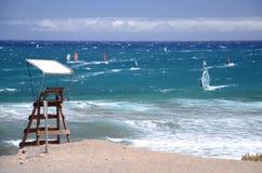 Серферы и kitesurfers в El Medano на Тенерифе Стоковые Изображения