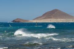 Серферы на пляже El Medano, Тенерифе-Испании стоковое изображение rf