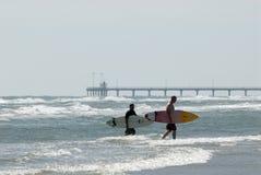 серферы пляжа Стоковые Изображения