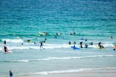 серферы пляжа fistral стоковое изображение rf
