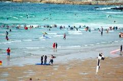 серферы пляжа fistral стоковые изображения
