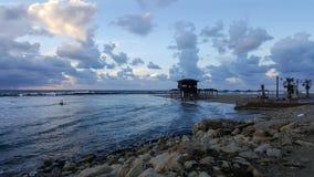 Серферы silhouetted с красочной предпосылкой неба и моря Стоковое Фото