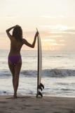 Серфер Бикини женщины & пляж захода солнца Surfboard Стоковые Изображения