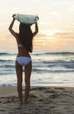 Серфер бикини женщины & пляж захода солнца Surfboard Стоковое фото RF