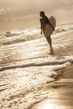 Серфер Бикини женщины & пляж захода солнца Surfboard Стоковая Фотография RF