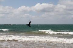 Серфер ветра в воздухе на пляже стоковое фото