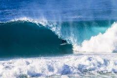 Серфер внутри полой волны Стоковые Изображения