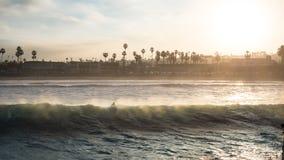 Серфер восхода солнца пляжа стоковые изображения