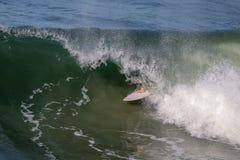 Серфер вытягивая из бочонка волны Стоковые Изображения RF