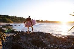 Серфер в заливе Байрон стоковое фото rf