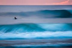 Серфер в океане Стоковое Изображение