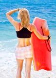 Серфер девушки на пляже Стоковые Фотографии RF