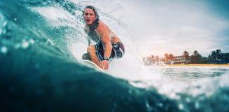 Серфер едет волна Стоковые Фотографии RF