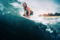 Серфер едет волна Стоковое Фото