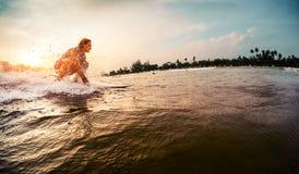 Серфер едет волна Стоковая Фотография RF