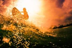 Серфер едет волна Стоковые Фото