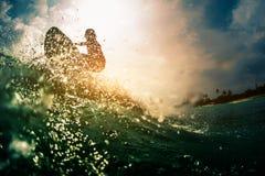 Серфер едет волна Стоковая Фотография