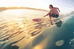 Серфер едет волна Стоковые Изображения RF
