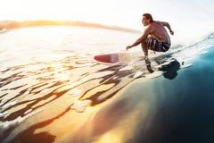 Серфер едет стекловидная волна Стоковое Изображение