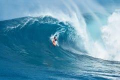Серфер едет гигантская волна на челюстях Стоковые Фото