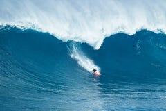 Серфер едет гигантская волна на челюстях Стоковые Изображения RF