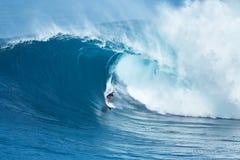 Серфер едет гигантская волна на челюстях Стоковые Изображения