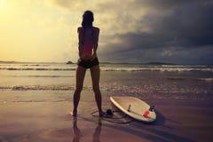 Серфер женщины нагревая на пляже Стоковое Изображение