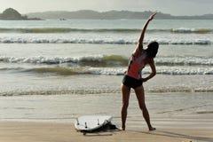 Серфер женщины нагревая на пляже Стоковое фото RF