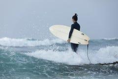 Серфер женщины с surfboard стоковое изображение