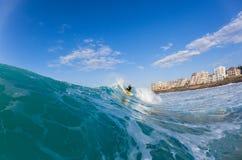 Серфер занимаясь серфингом залив Ballito Стоковые Изображения RF