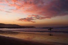 серфер захода солнца Стоковые Фотографии RF