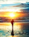 Серфер захода солнца, Бали Стоковая Фотография RF