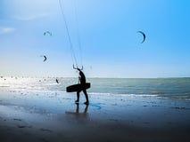 Серфер змея на пляже океана Силуэт серфера змея через берег моря Стоковые Фотографии RF