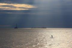 Серфер и нефтяная платформа МАЛЕНЬКОГО ГЛОТКА Стоковое Изображение