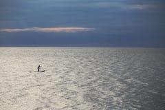Серфер МАЛЕНЬКОГО ГЛОТКА на море Стоковое Изображение RF