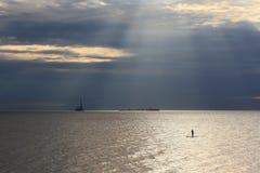 Серфер МАЛЕНЬКОГО ГЛОТКА перед нефтяной платформой Стоковое Фото