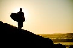 Серфер наблюдая волны Стоковое Изображение