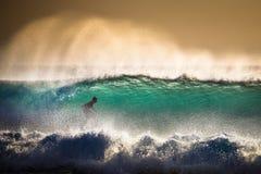 Серфер на голубой океанской волне в Бали Стоковые Фото