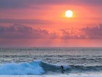 Серфер на голубой океанской волне в Бали Стоковое фото RF