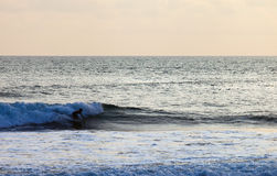 Серфер на голубой океанской волне в Бали Стоковое Изображение RF