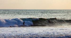 Серфер на голубой океанской волне в Бали Стоковые Изображения RF