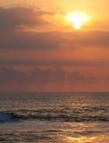 Серфер на голубой океанской волне в Бали Стоковые Изображения