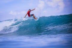 Серфер на изумительной голубой волне Стоковое Фото